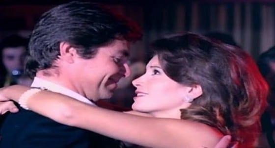 حسين فهمي وميرفت امين في لقطة من فيلم حافية علي جسر من الذهب