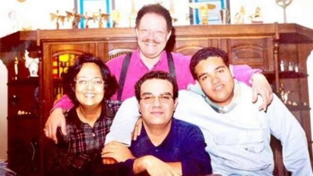 يحيي الفخراني مع زوجته وابنائه